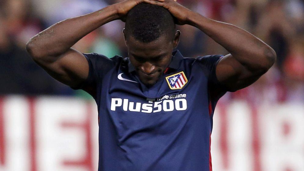 Foto: Jackson, cabizbajo tras la derrota del Atlético en el Calderón contra el Benfica (Reuters)
