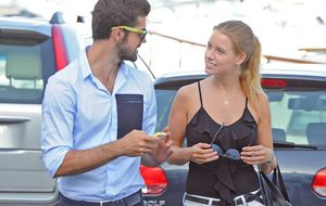 Miguel Ángel Muñoz y Manuela Vellés juegan al despiste en París y Londres