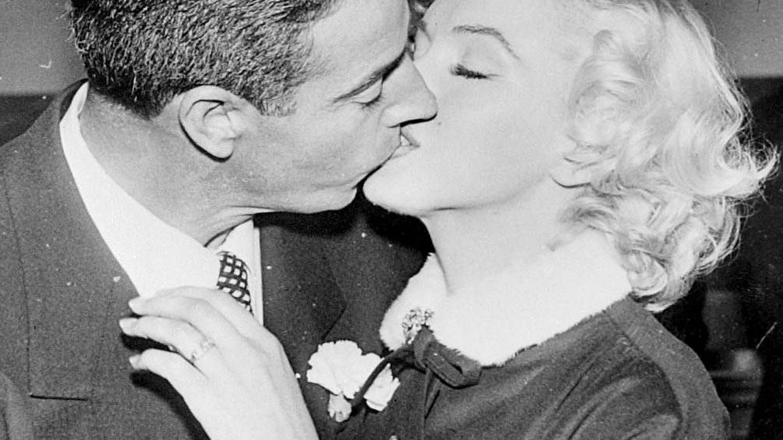 Joe DiMaggio y Marilyn Monroe, besándose tras su enlace civil. (Foto de archivo)