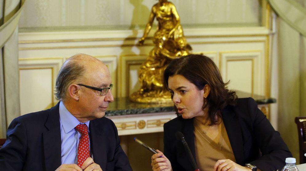 Foto: La vicepresidenta del Gobierno y ministra de la Presidencia y para las Administraciones Públicas, Soraya Sáenz de Santamaría (d), conversa con el ministro de Hacienda, Cristóbal Montoro. (EFE)