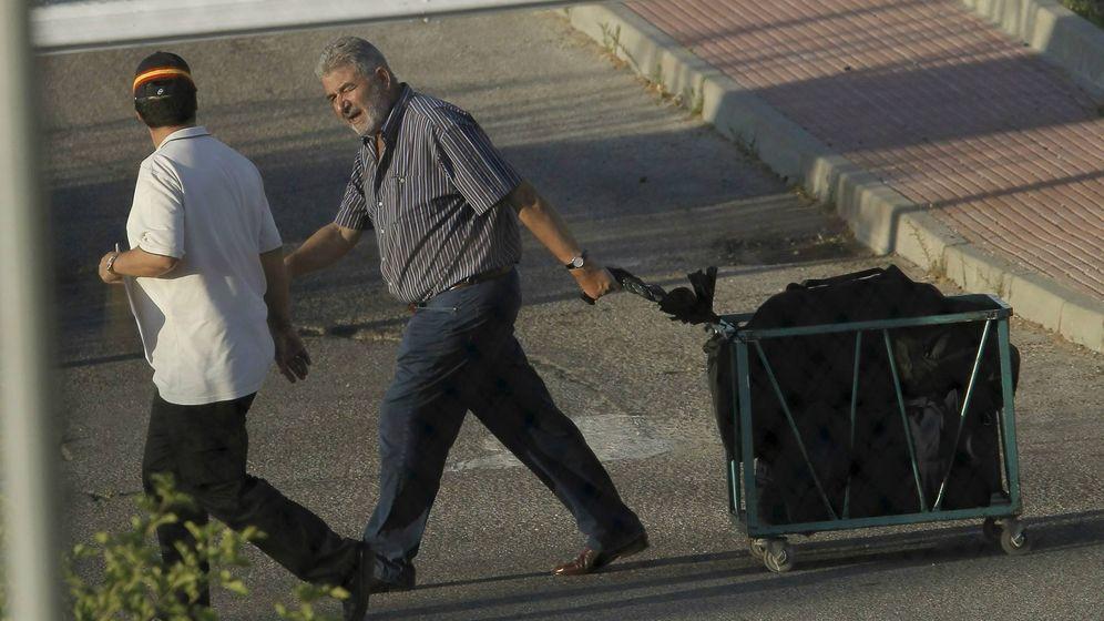 Foto: Fotografía de archivo del narcotraficante Laureano Oubiña (d) abandonando la prisión de Navalcarnero. (EFE)