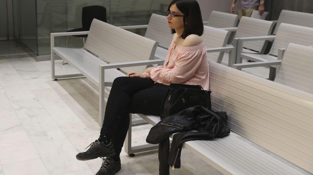 Foto: Cassandra, la tuitera de Murcia sentada en el banquillo de la Audiencia Nacional. (EFE)