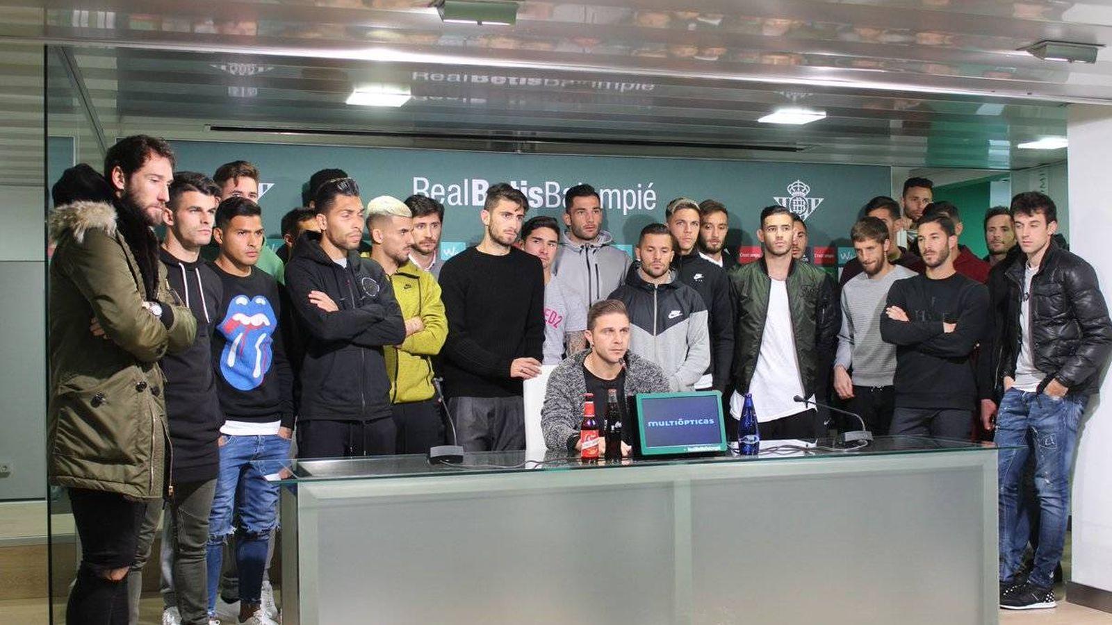 Foto: La plantilla del Betis, con Joaquín a la cabeza, salió en defensa de Zozulya (@RealBetis).