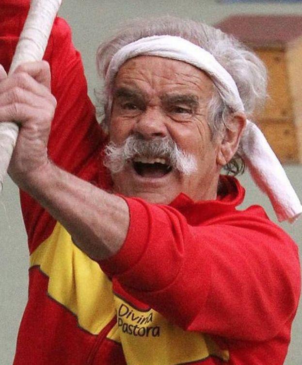 Foto: Imagen de Bernardino Lombao saltando a la pértiga
