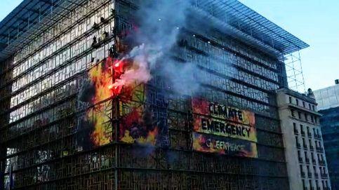 Greenpeace 'prende fuego' a la sede donde se celebrará la cumbre de la UE