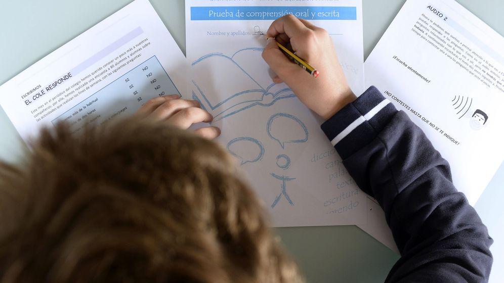Foto: Imagen de archivo de un alumno realizando una prueba de evaluación (EFE)