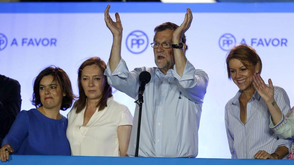 Foto: El presidente del gobierno en funciones Mariano Rajoy, acompañado por su mujer Elvira Fernández, Maria Dolores de Cospedal y Soraya Saénz de Santamaría. (Efe)