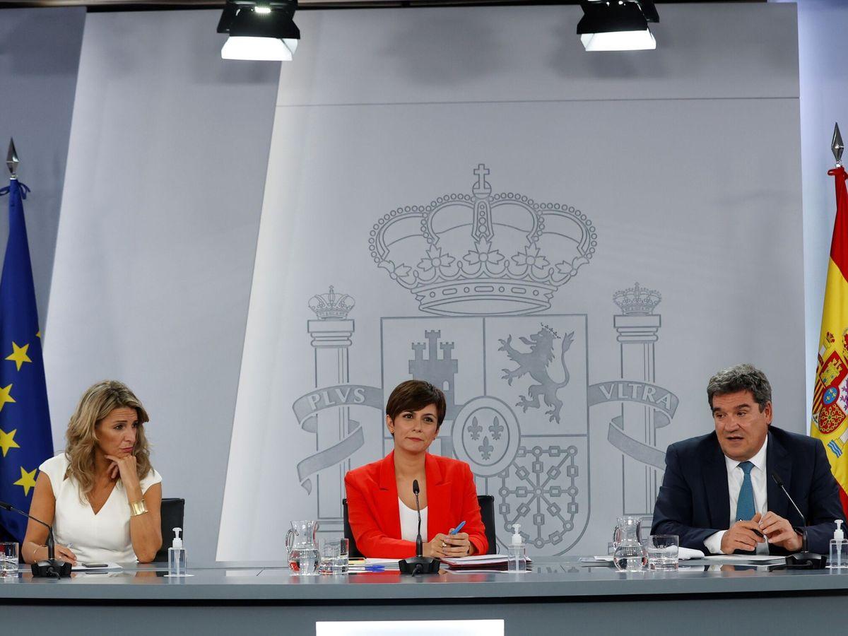 Foto: La vicepresidenta segunda, Yolanda Díaz (i), la responsable de Política Territorial y portavoz del Gobierno, Isabel Rodríguez, y el ministro Seguridad Social, José Luis Escrivà. (EFE)