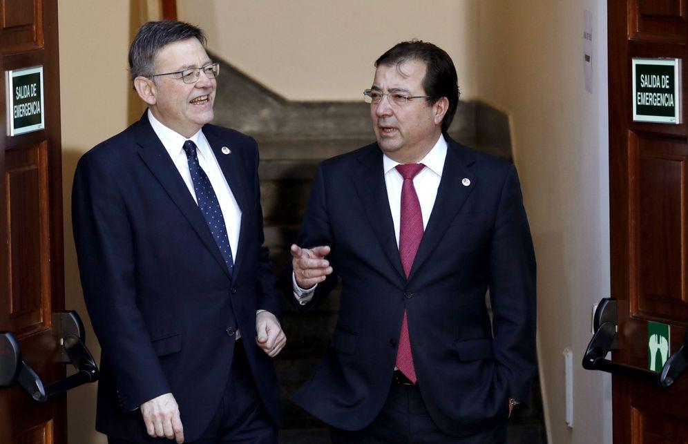 Foto: Ximo Puig y Guillermo Fernández Vara conversan durante la VI Conferencia de Presidentes, celebrada este 17 de enero en el Senado. (EFE)