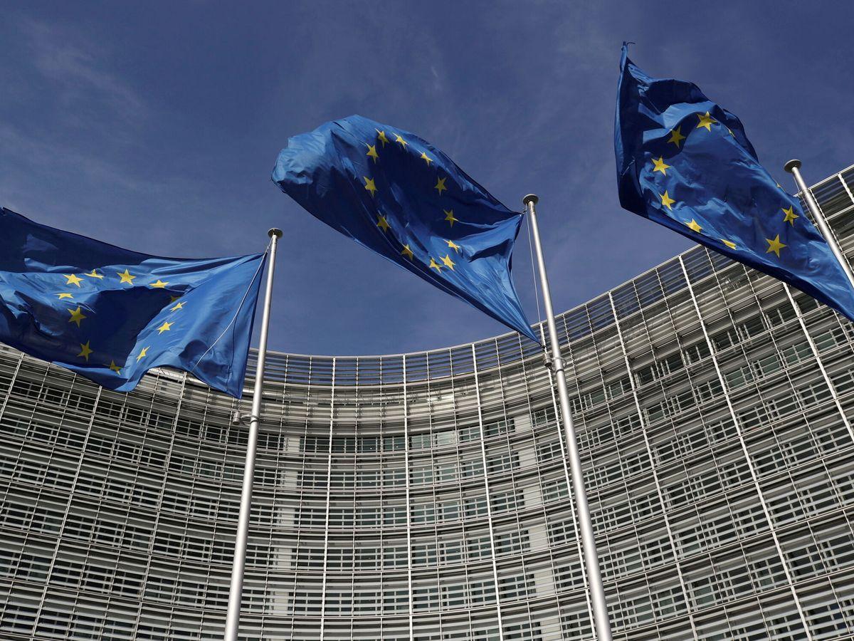 Foto: Banderas de la UE en la sede de la Comisión, en Bruselas. (Reuters)
