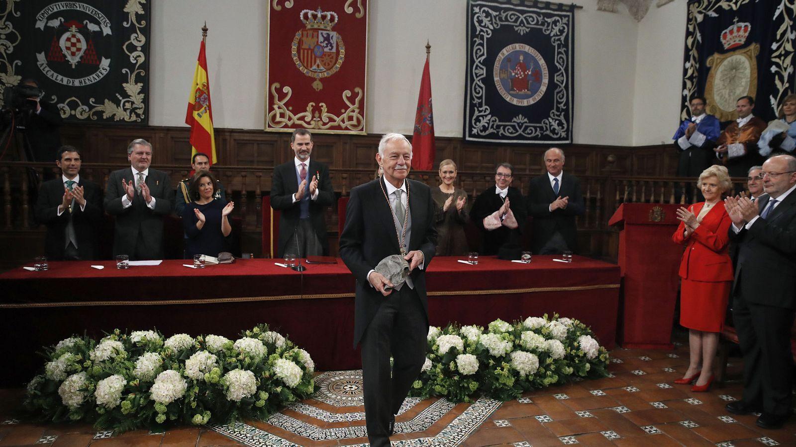 Foto: Eduardo Mendoza recibe el Cervantes. (EFE)