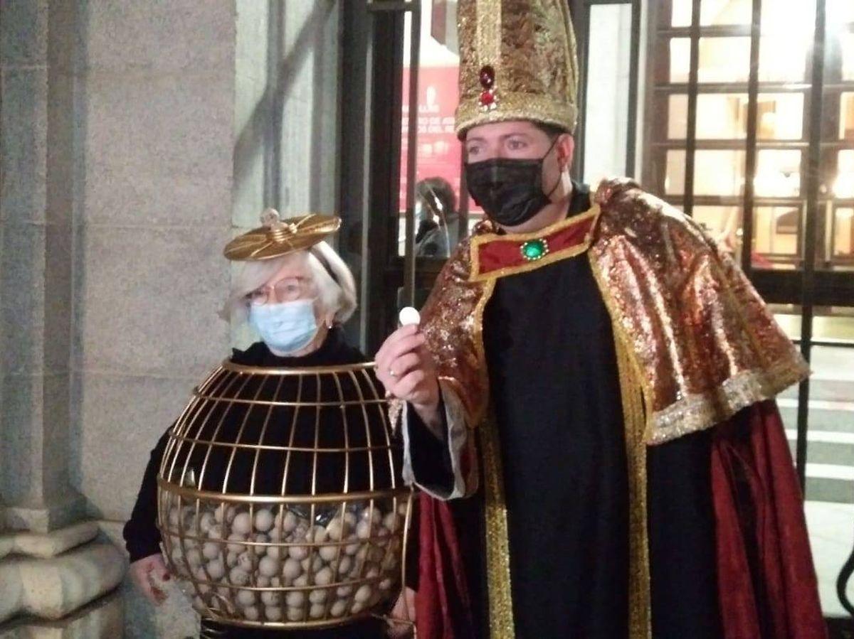 Foto: Manoli y 'el obispo de León', dos clásicos de la Lotería de Navidad, frente al Teatro Real (S.S.G.)