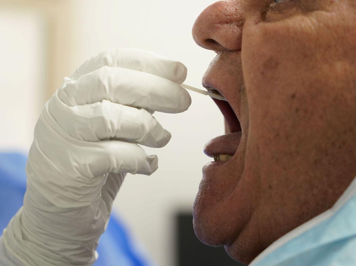 Foto: Un sanitario le realiza una prueba PCR a un hombre en Madrid. (Efe)