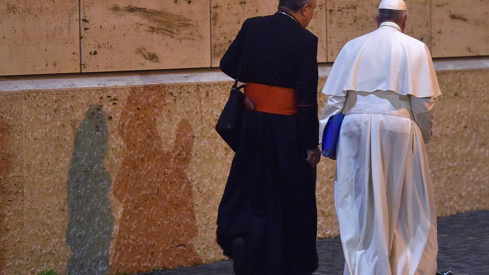 Foto: El papa Francisco con el Cardenal hondureño Óscar Rodríguez Maradiaga, tras la sesión diaria del Sínodo sobre la familia celebrado en la Ciudad del Vaticano, este mes de octubre (EFE)