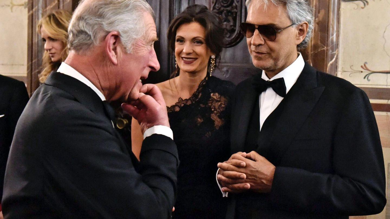 El príncipe Carlos (i) del Reino Unido conversa con el tenor italiano Andrea Bocelli (d) y su esposa, Verónica Berti (c). (EFE)