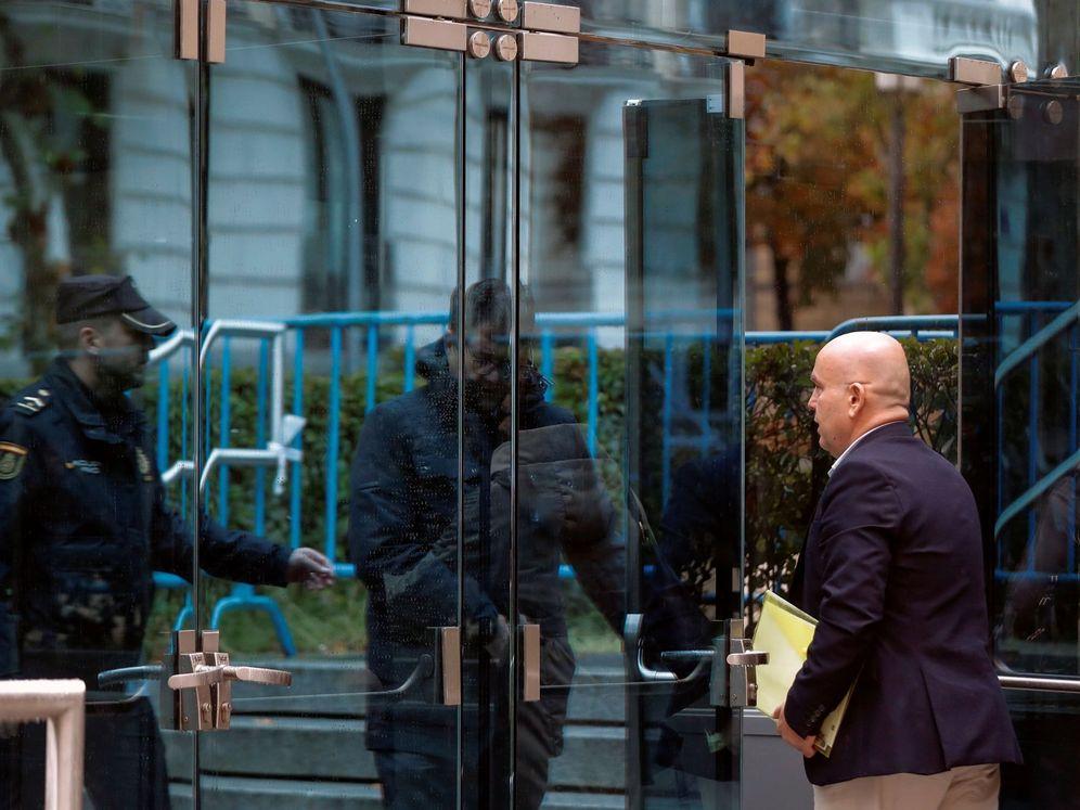 Foto: El abogado de Carles Puigdemont y de Quim Torra, Gonzalo Boye Tusset, a su llegada a la Audiencia Nacional. (EFE)