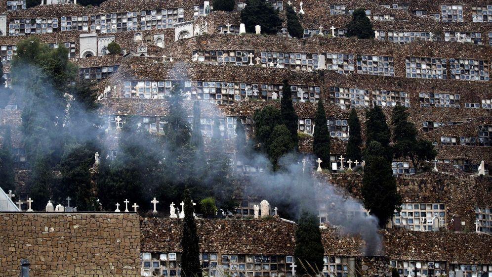Foto: Una columna de humo sale del crematorio del Cementerio de Montjuic. (EFE)