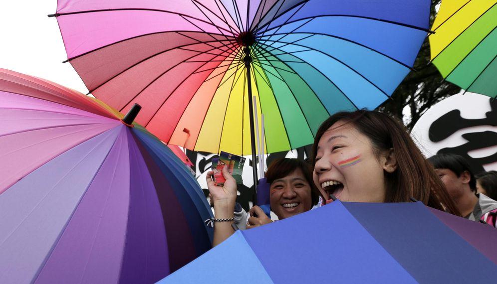 Foto: Dos asistentes a la marcha del orgullo gay en Taipei. (EFE)