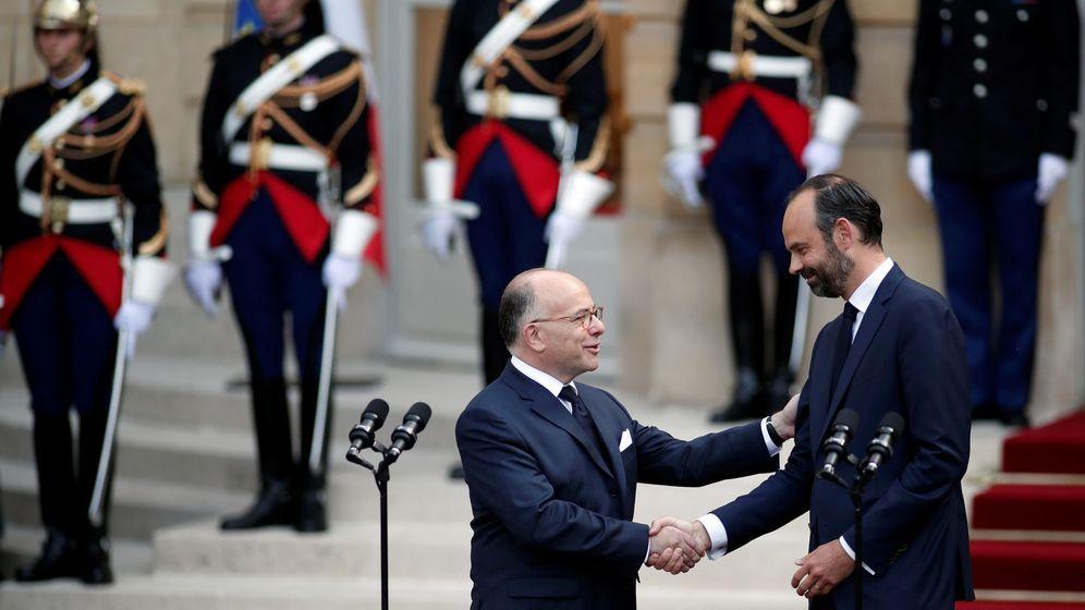Foto: El recién nombrado primer ministro francés Edouard Philippe (i) y su predecesor Bernard Cazeneuve (d) asisten a una ceremonia de entrega en París. (Foto: Reuters)
