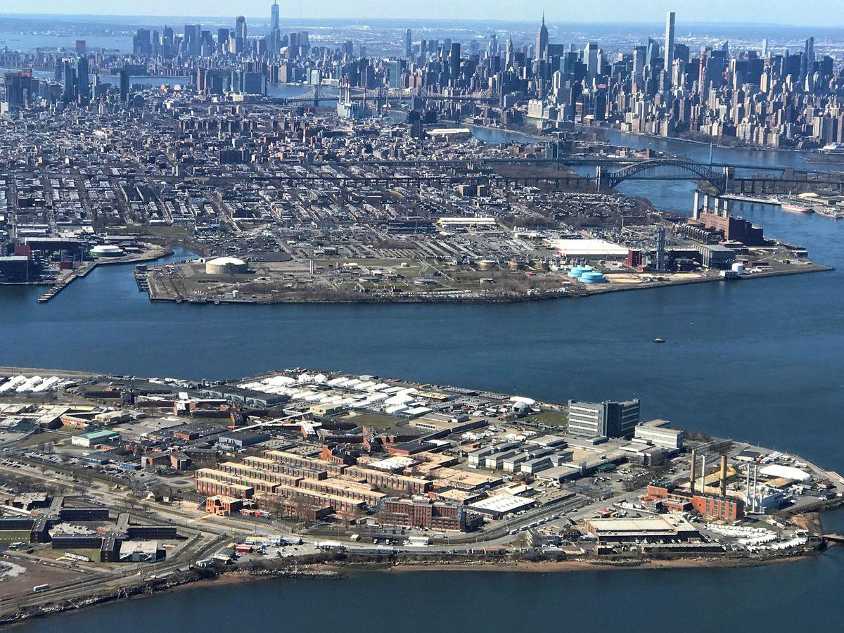 Foto: La prisión de Rikers a vista de pájaro, un gran complejo insular. (Mike Segar, Reuters)