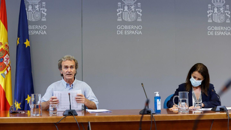 El director del Centro de Coordinación de Alertas y Emergencias Sanitarias (CCAES), Fernando Simón (i), y la secretaria de Estado de Sanidad, Silvia Calzón. (EFE)
