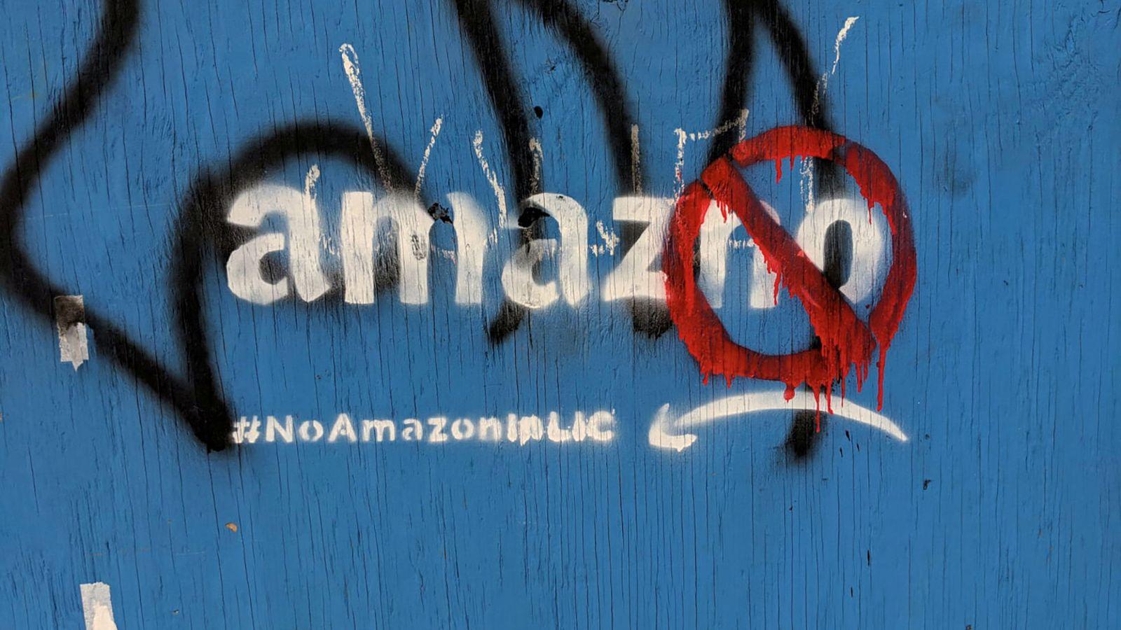 Foto: Pintada en una de las vallas de construcción de Amazon. (Reuters)