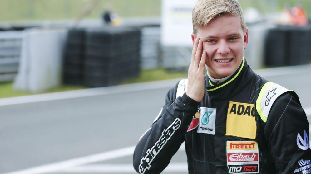 Foto: Mick Schumacher sonriendo en el 'pit lane' antes de conseguir su primera victoria (Reuters)