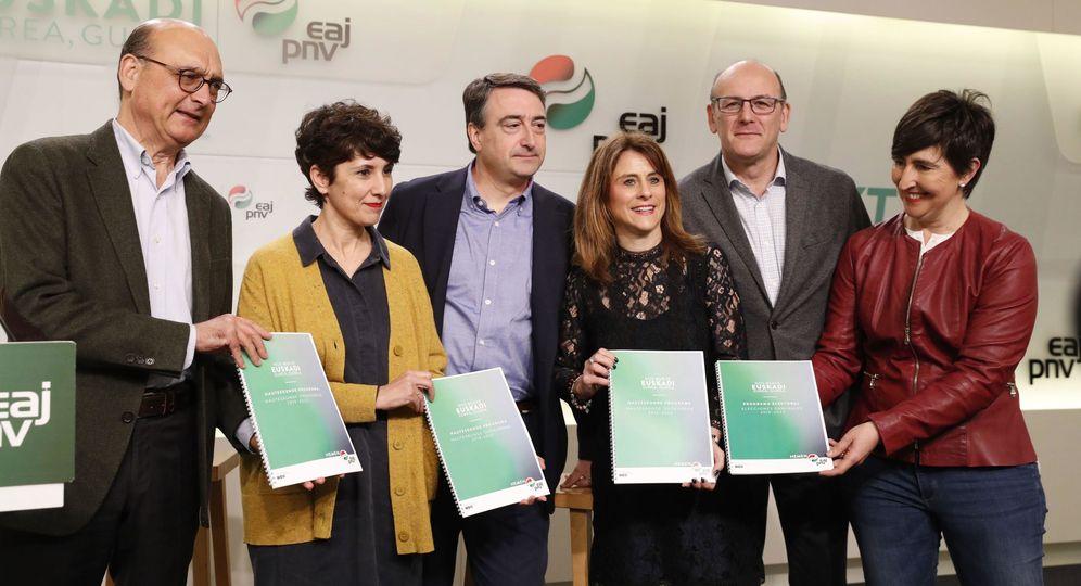 Foto: Aitor Esteban y los demás candidatos del PNV presentan el programa electoral de cara al 28-A. (EFE)