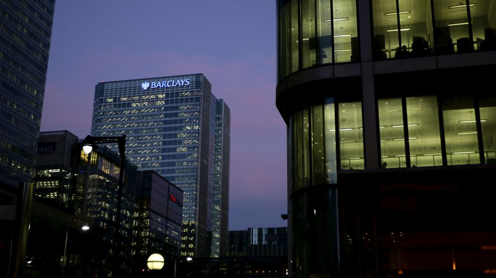 Foto: The barclays bank building is seen in canary wharf, london