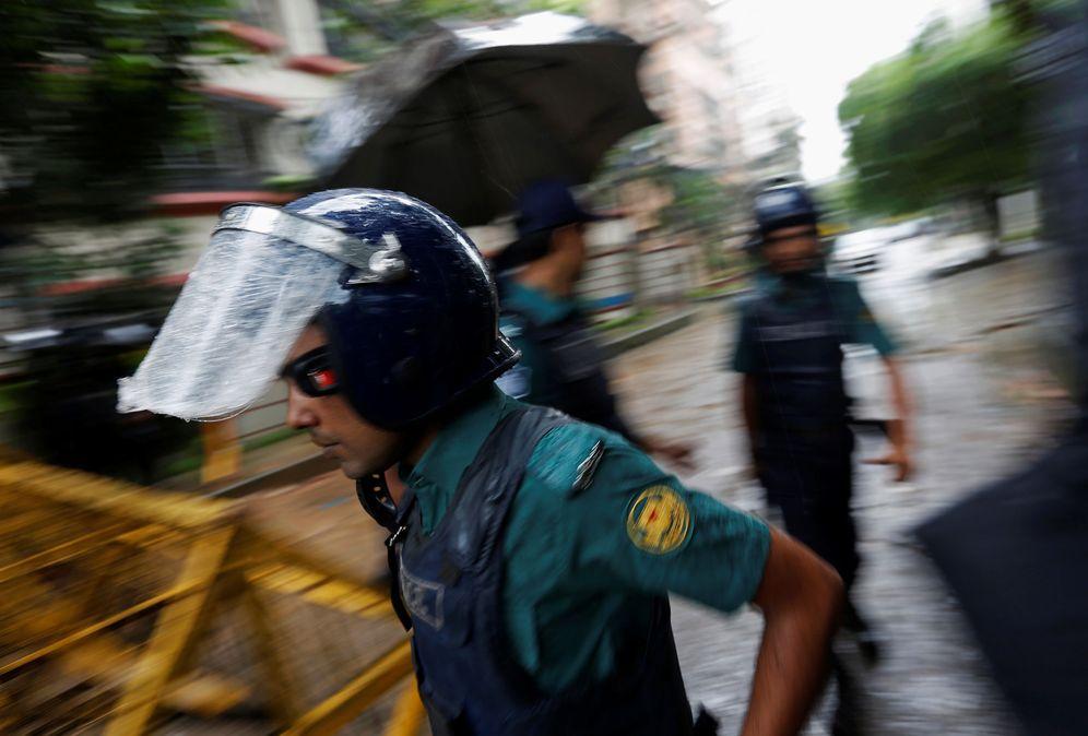 Foto: Policías bangladesíes patrullan el lugar del atentado en Dacca, el 3 de julio de 2016 (Reuters)