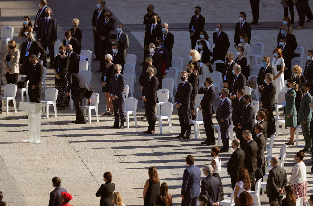 Foto: Los presidentes autonómicos guardan el minuto de silencio durante el homenaje a las víctimas del covid-19, el pasado 16 de julio en el Palacio Real. (EFE)