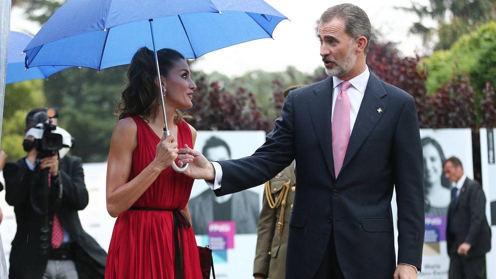 En vídeo: la sorprendente reacción de Letizia cuando Felipe le pide el paraguas