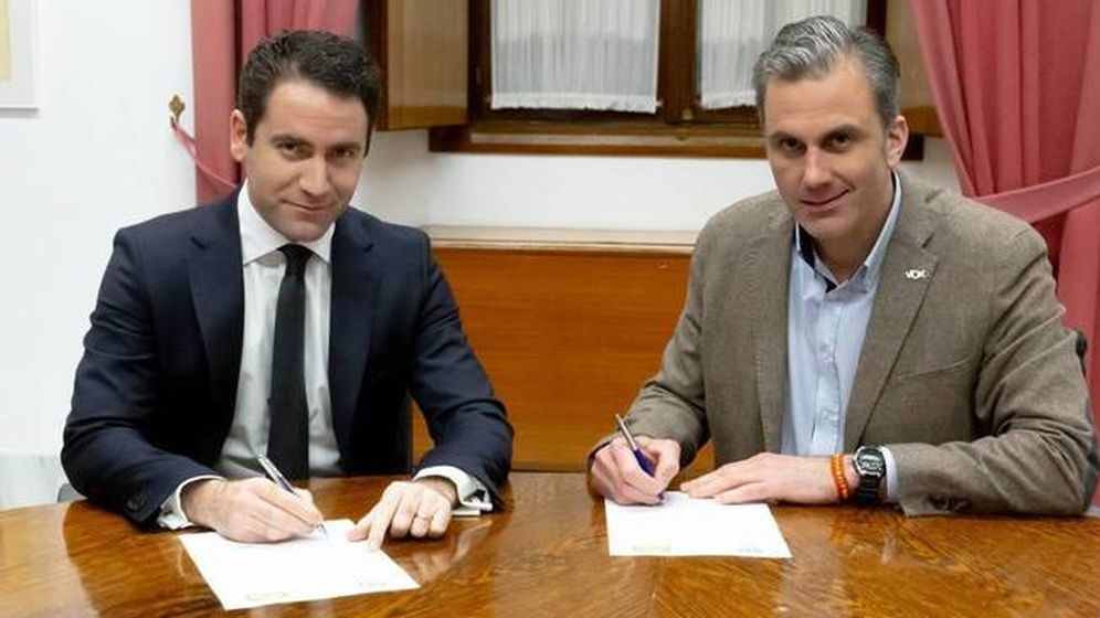 Foto: Teodoro García Egea y Javier Ortega Smith escenifican el pacto entre el PP y Vox. (PP)