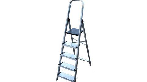 Un anciano pasa cinco días con la cabeza atrapada en los escalones de una escalera