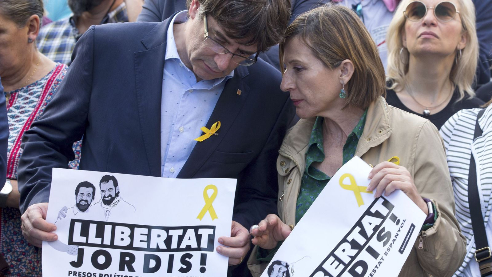 Foto:  El presidente de la Generalitat, Carles Puigdejavascript:;mont y la presidenta del parlament Camen Forcadell durante la manifestación del 21-O. (EFE)