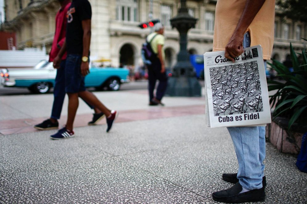 Foto: Un hombre vende el 'Granma' por la calle, con el titular Cuba es Fidel, en enero de 2017. (Reuters)