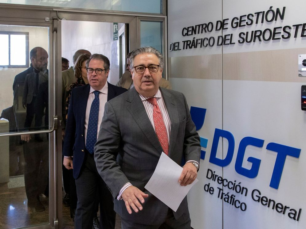 Foto: Juan Ignacio Zoido y Gregorio Serrano acudiendo a un Centro de Gestión de la DGT. (EFE)