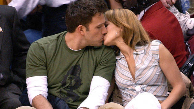 Ben y Jennifer en un 'beso vintage' de 2003. (Getty)