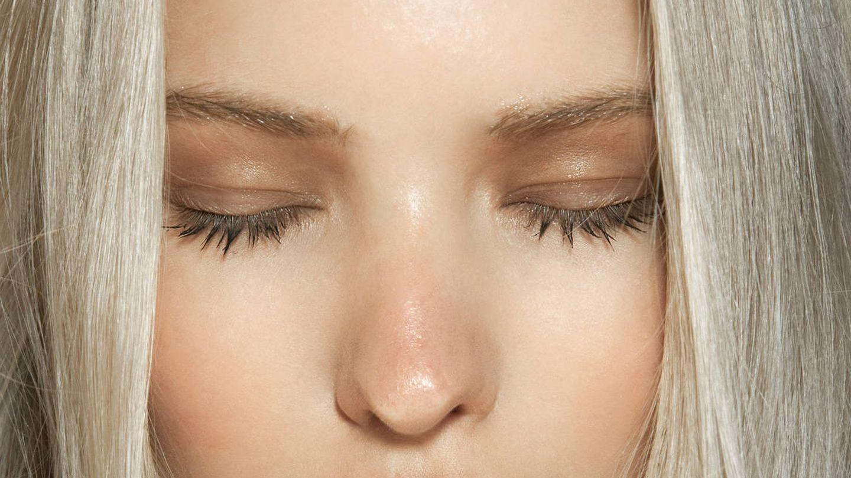 Los sérums de cejas fortalecen el pelo y estimulan su crecimiento. (Imaxtree)