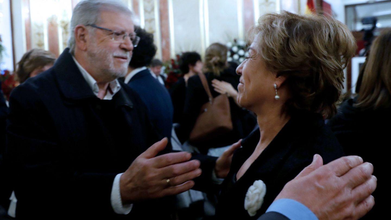 El expresidente de Extremadura Juan Carlos Rodríguez Ibarra junto a la viuda de Manuel Marín, en la capilla ardiente del expresidente del Congreso. (EFE Javier Lizón)