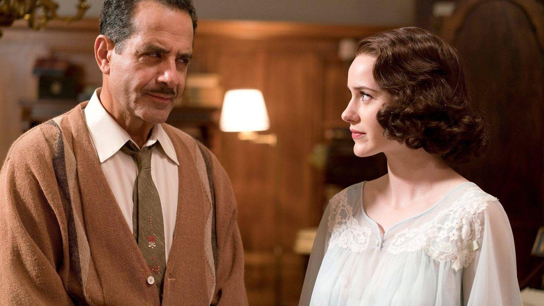 Midge acude en camisón a contarle a su padre algo que no le va a gustar.