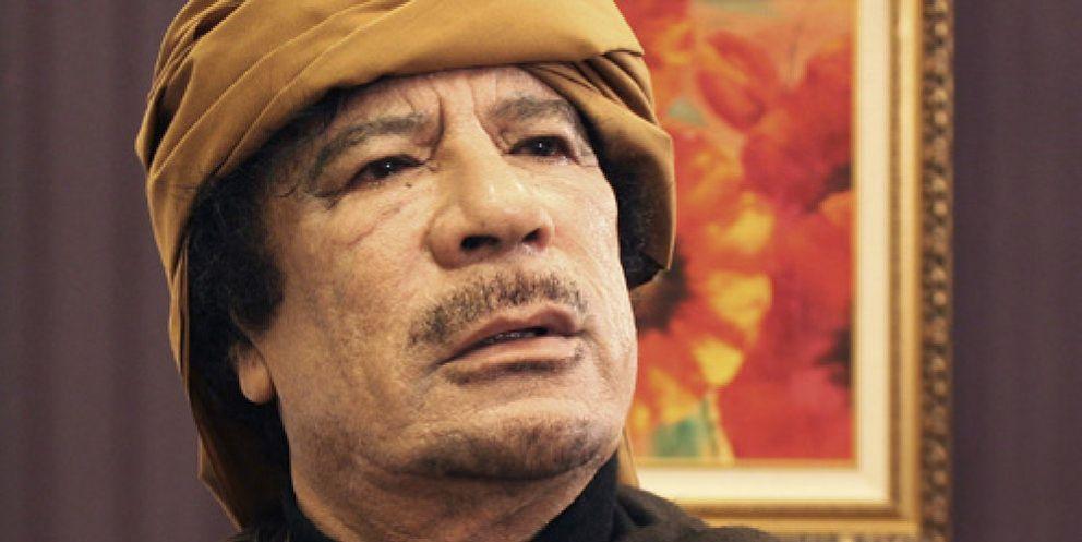 Foto: Una hamburguesa, el capricho de Gadafi en plena operación de cirugía estética en un búnker