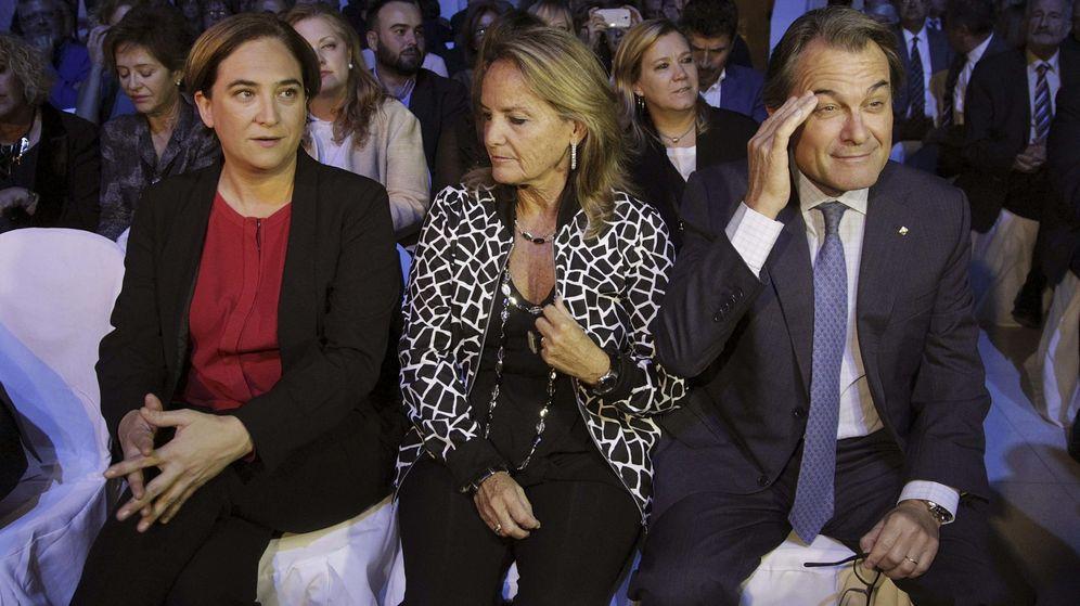 Foto: La alcaldesa de Barcelona, Ada Colau, asiste con el presidente de la Generalitat, Artur Mas, y su esposa, Helena Rakosnik, a una entrega de premios. (EFE)
