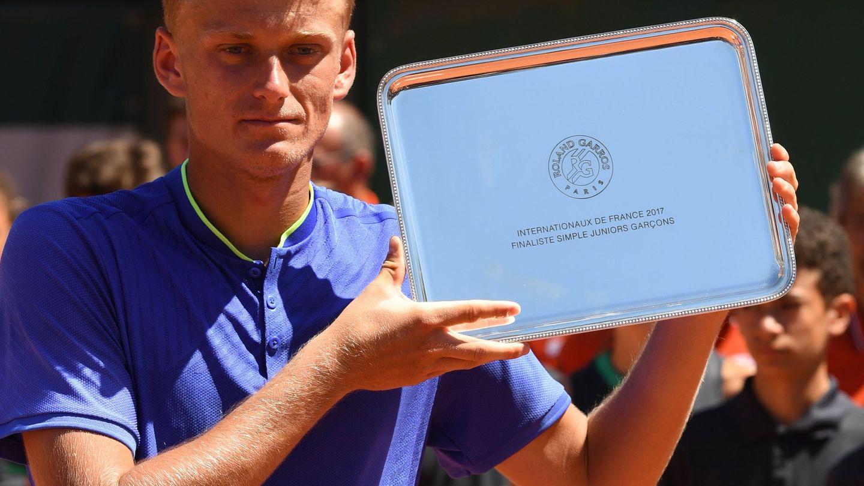 Nicola Kuhn posa con el trofeo de subcampeón del Ronald Garros junior. (EFE)