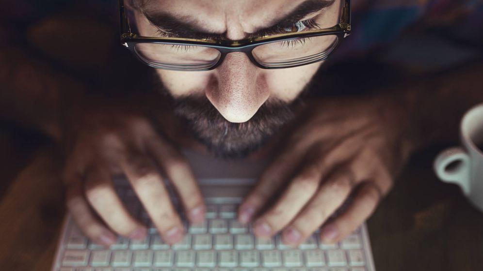Foto: Un hombre se concentra frente a su ordenador. (iStock)