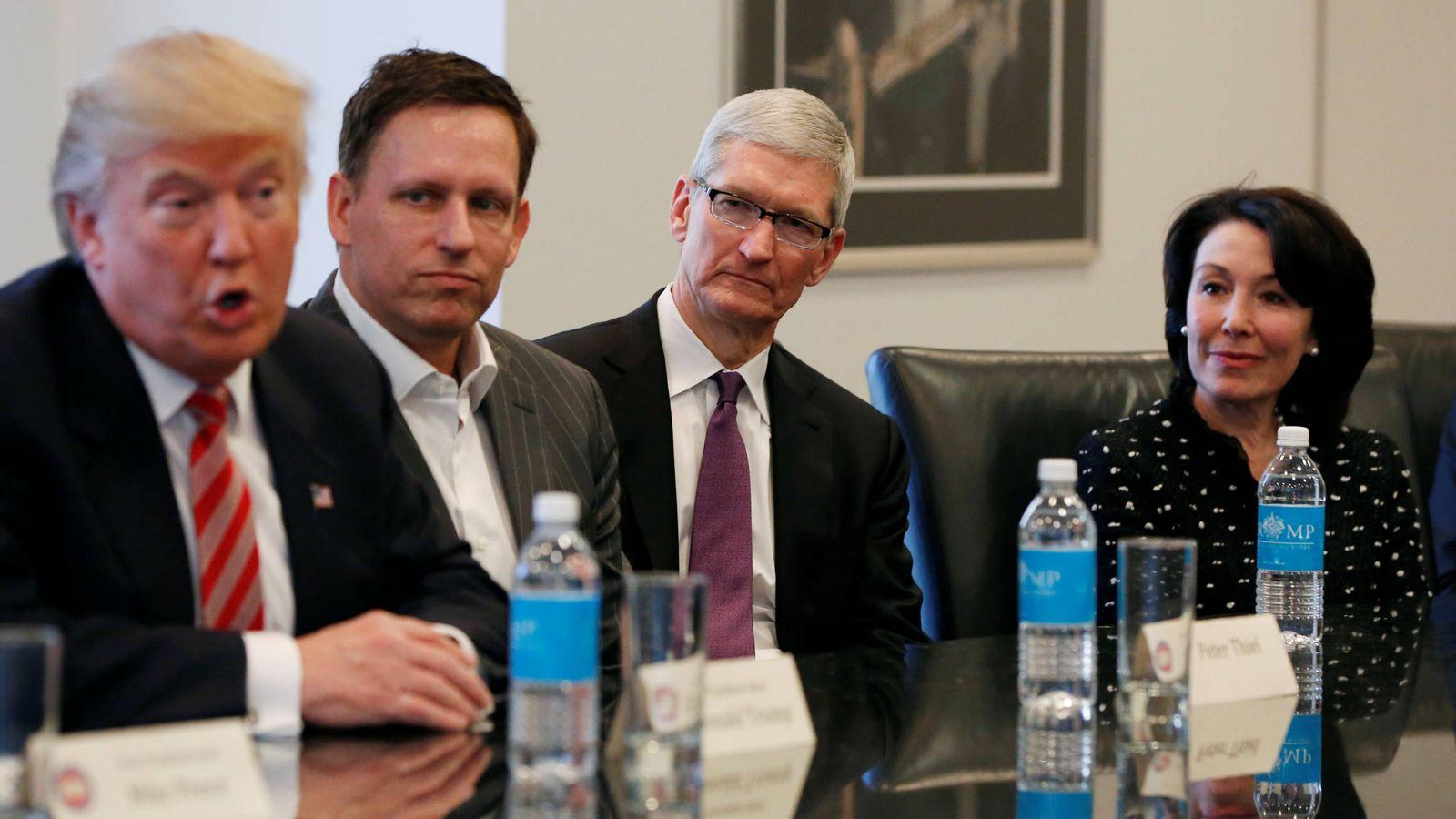 Foto: Tim Cook, CEO de Apple, en una reunión con Donald Trump pocos días después de que el presidente hubiera ganado las elecciones. (Reuters)