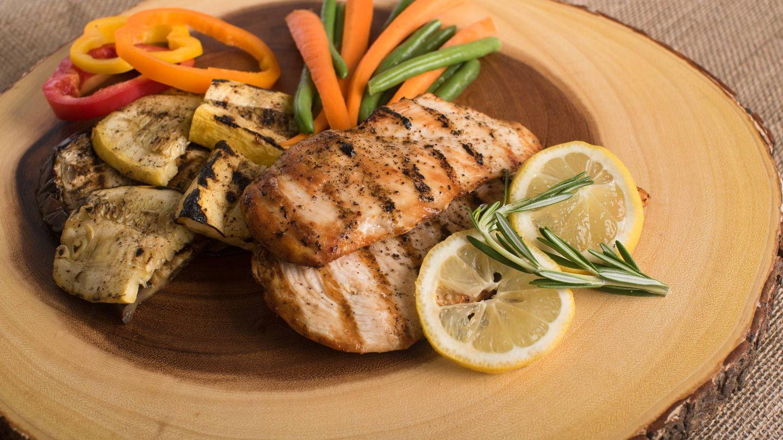 La dieta permite mezclar proteína con verduras. (Mark DeYoung para Unsplash)