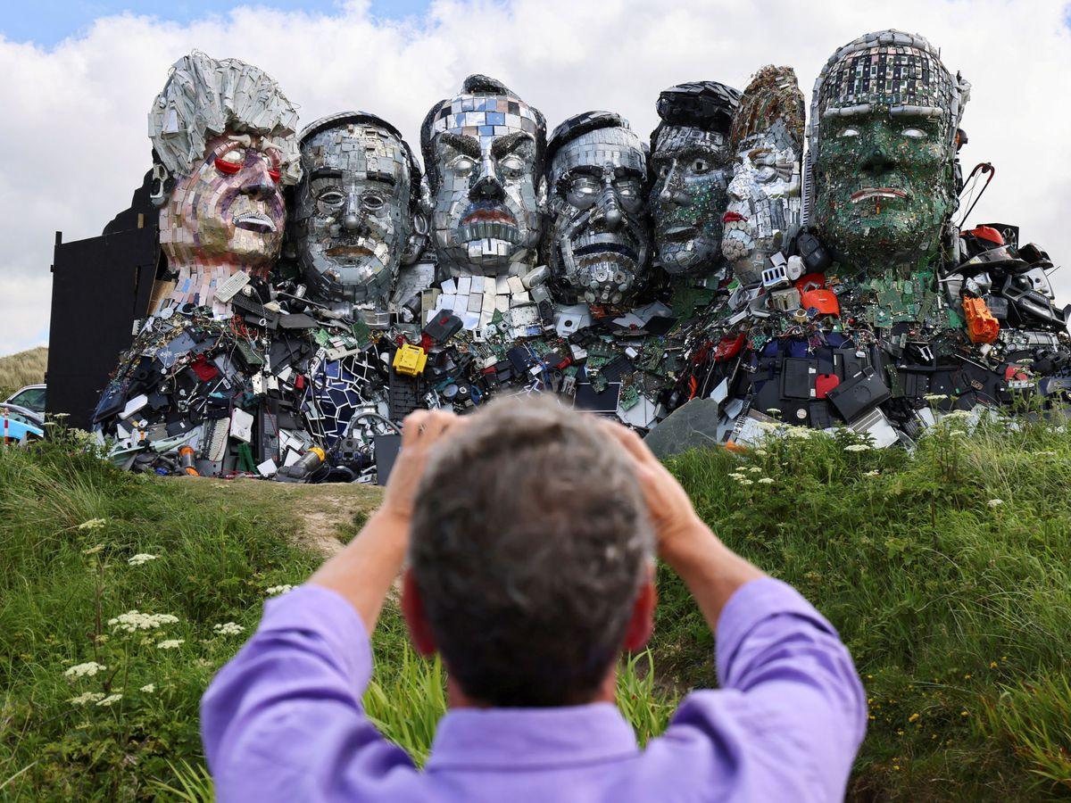 Foto: Escultura de los líderes del G-7 realizada con deshechos en Cornwall. (Reuters)