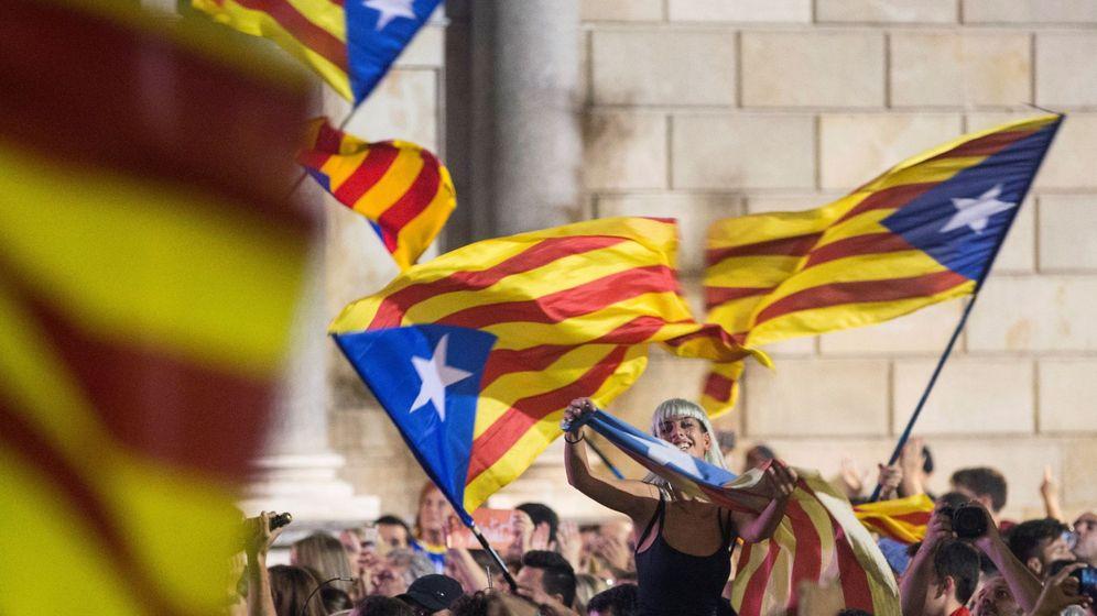 Foto: Miles de personas concentradas el pasado octubre frente al Palau Sant Jaume cuando se declaró la DUI. (EFE)