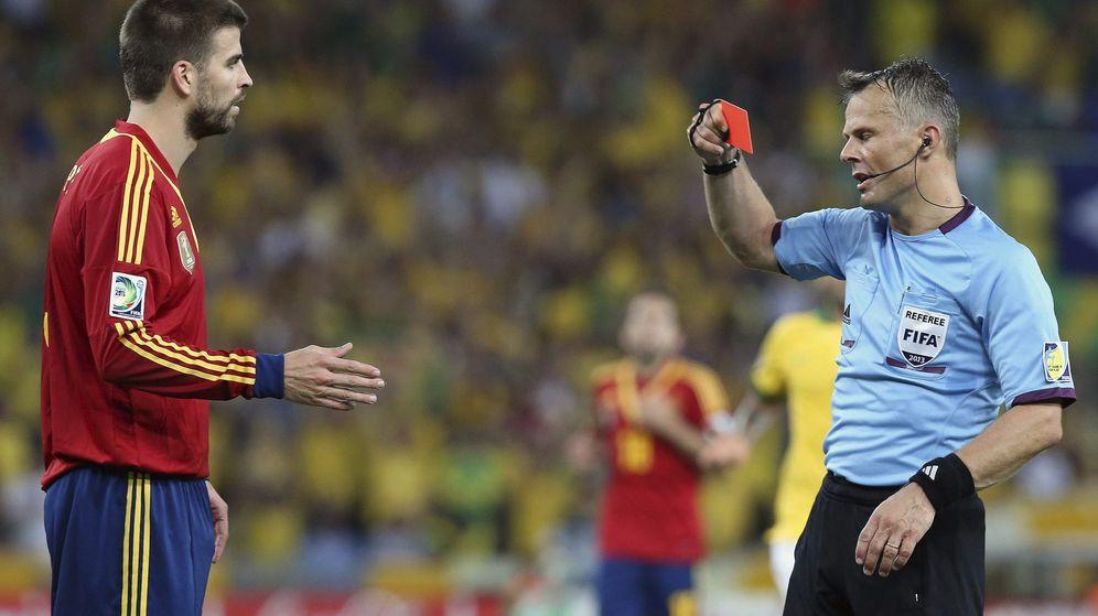 Foto: Piqué, cuando fue expulsado en el partido contra Brasil del Mundial 2014. (EFE)